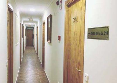 pasillo-habitaciones-alojamiento-san-martin